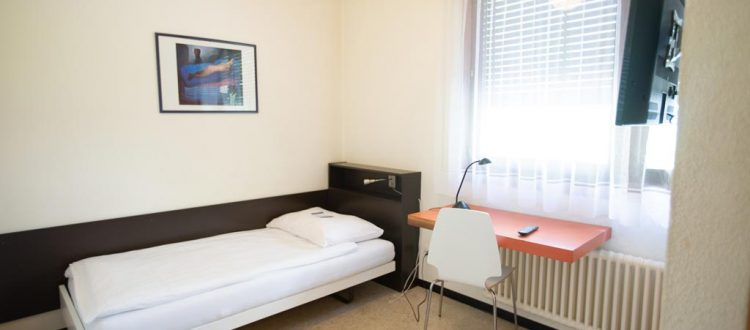 chambre simple avec tv seulement pour 1 personne hostel gen ve. Black Bedroom Furniture Sets. Home Design Ideas